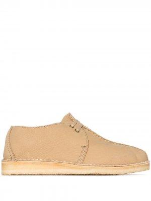 Ботинки дезерты на шнуровке Clarks Originals. Цвет: коричневый