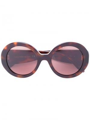 Солнцезащитные очки в круглой оправе с заклепками Alexander McQueen Eyewear. Цвет: коричневый