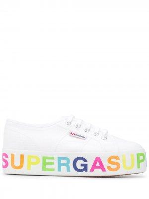 Кроссовки с логотипом на платформе Superga. Цвет: белый