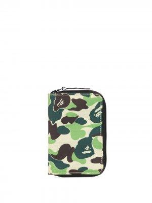 Камуфляжный кошелек на молнии A BATHING APE®. Цвет: зеленый