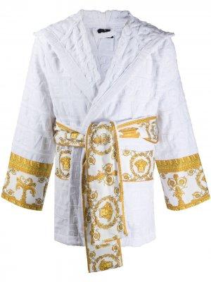Короткий халат с принтом Barocco и логотипом Versace. Цвет: белый