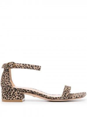 Босоножки с квадратным носком и леопардовым принтом Stuart Weitzman. Цвет: коричневый