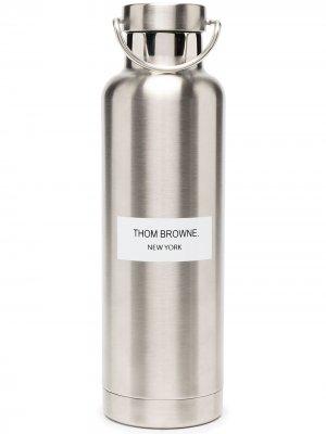 Бутылка для воды с логотипом (700 мл) Thom Browne. Цвет: 035 med grey