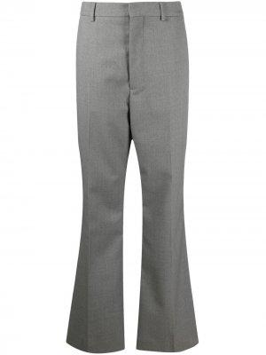 Расклешенные брюки строгого кроя AMI Paris. Цвет: серый