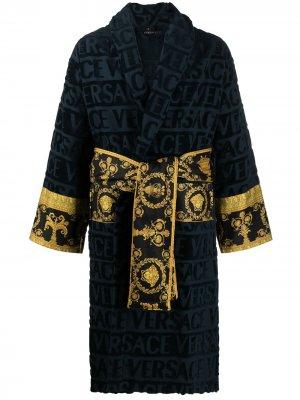 Короткий халат с принтом Barocco и логотипом Versace. Цвет: синий