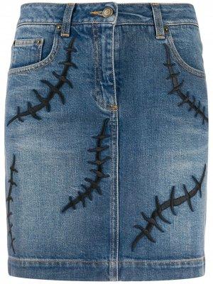 Джинсовая юбка с вышивкой Moschino. Цвет: синий