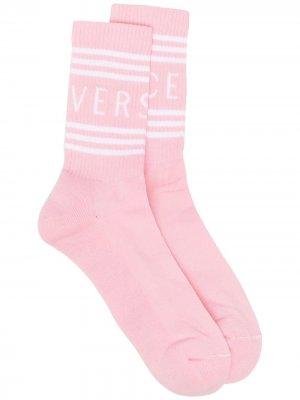 Носки в рубчик с логотипом Versace. Цвет: розовый