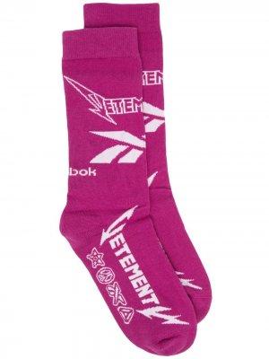 Носки вязки интарсия с логотипом VETEMENTS. Цвет: розовый