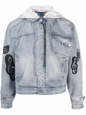 Джинсовая куртка с нашивками C2h4. Цвет: синий