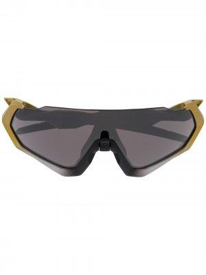 Солнцезащитные очки-авиаторы с затемненными линзами Oakley. Цвет: золотистый