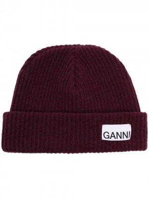 Шапка бини в рубчик с нашивкой-логотипом GANNI. Цвет: красный