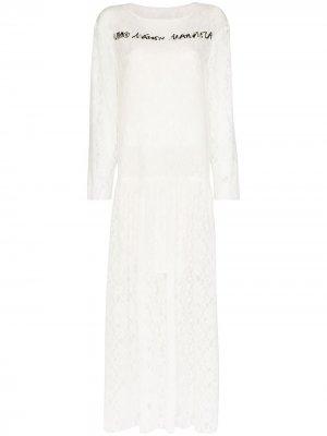 Кружевное платье макси с логотипом MM6 Maison Margiela. Цвет: белый