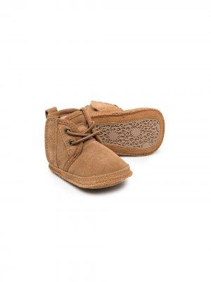 Утепленные пинетки на шнуровке UGG Kids. Цвет: коричневый