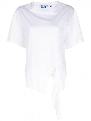 Укороченная сзади футболка с надписью SJYP. Цвет: белый