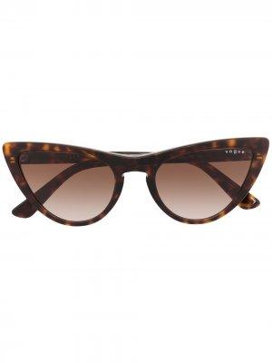 Солнцезащитные очки в оправе кошачий глаз черепаховой расцветки Vogue Eyewear. Цвет: коричневый