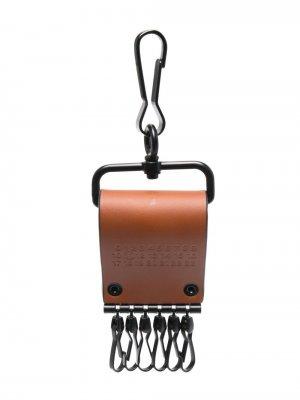 Ключница с логотипом Maison Margiela. Цвет: коричневый