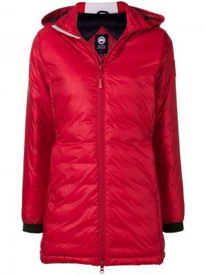 Пуховое пальто с капюшоном Canada Goose. Цвет: красный