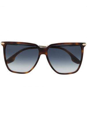 Солнцезащитные очки в массивной оправе черепаховой расцветки Victoria Beckham. Цвет: коричневый