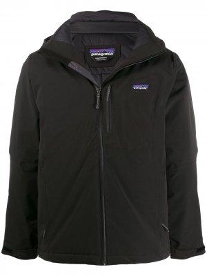 Куртка с контрастным логотипом Patagonia. Цвет: черный