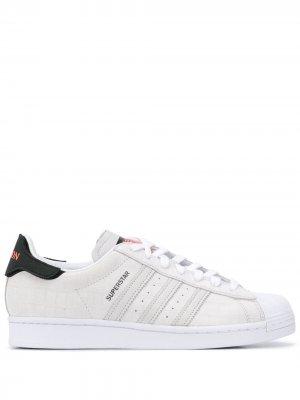 Кеды Superstar с тиснением adidas. Цвет: белый