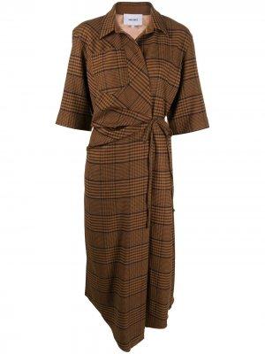 Клетчатое платье Lais с запахом Nanushka. Цвет: коричневый