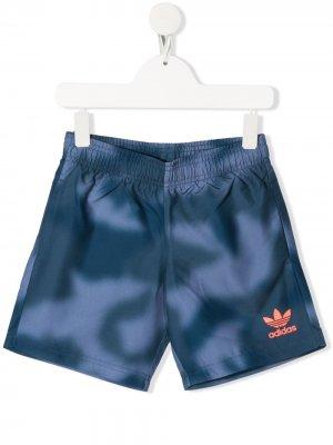 Плавки-шорты с камуфляжным принтом adidas Kids. Цвет: синий