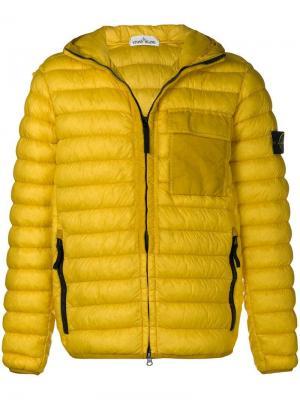 Пуховая куртка на молнии Stone Island. Цвет: желтый