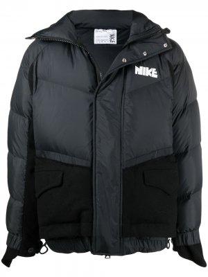 Пуховик с логотипом Nike. Цвет: черный
