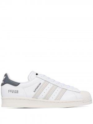 Кеды Superstar на шнуровке adidas. Цвет: белый