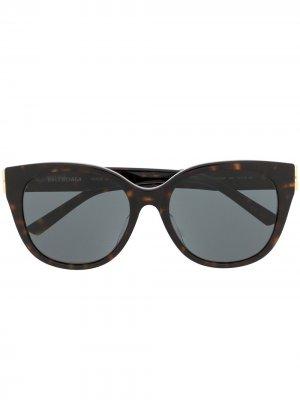Солнцезащитные очки кошачий глаз черепаховой расцветки с логотипом BB Balenciaga Eyewear. Цвет: коричневый