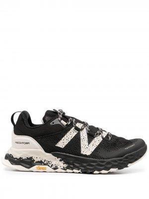 Кроссовки на шнуровке New Balance. Цвет: черный