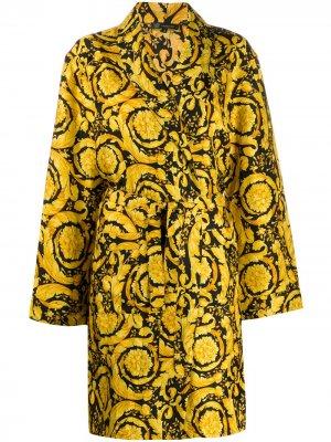 Халат с принтом Baroque Versace. Цвет: желтый