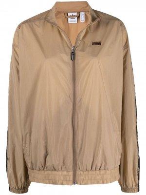 Спортивная куртка с нашивкой-логотипом adidas. Цвет: нейтральные цвета