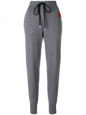 Спортивные брюки с заплаткой в виде губ Markus Lupfer. Цвет: серый