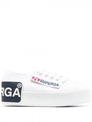 Кроссовки на платформе с нашивкой-логотипом Superga. Цвет: белый