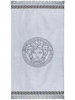 Пляжное полотенце с головой Медузы Versace. Цвет: белый