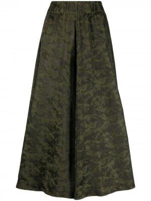 Расклешенные брюки с камуфляжным принтом Aspesi. Цвет: зеленый