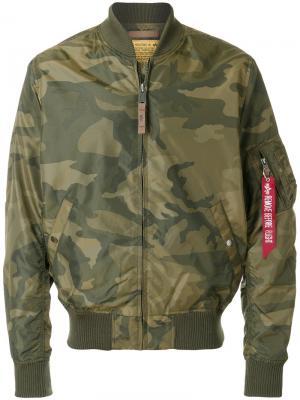 Куртка-бомбер с камуфляжным принтом Alpha Industries. Цвет: зеленый